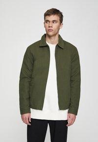 PULL&BEAR - JACKE MIT STRUKTURMUSTER UND REISSVERSCHLUSS 05713533 - Summer jacket - khaki - 0
