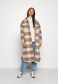 ONLY - ONLLOLLY LONG CHECK COAT - Klassisk frakke - whitecap gray - 1