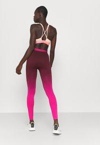 Reebok - SEAMLESS - Collants - maroon/pursuit pink - 2