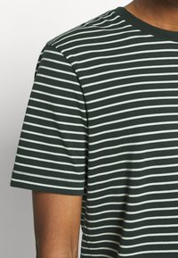 Scotch & Soda - CLASSIC CREWNECK TEE - Print T-shirt - black/white - 4