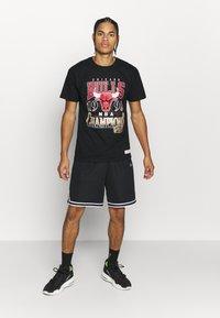 Mitchell & Ness - NBA LAST DANCE CHICAGOBULLS '96 CHAMPS TEE - T-shirt imprimé - black - 1