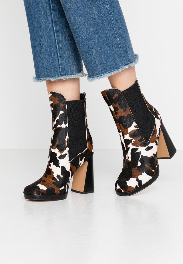 LOLA SKYE LOOPER ASYMETRIC SQUARE TOE BOOT - Kotníková obuv na vysokém podpatku - brown