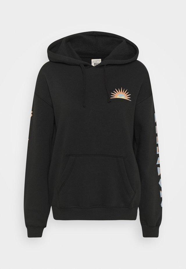 TOTALLY STOCKED - Bluza z kapturem - black