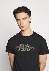 Night Addict - STREET - T-shirt med print - black - 3