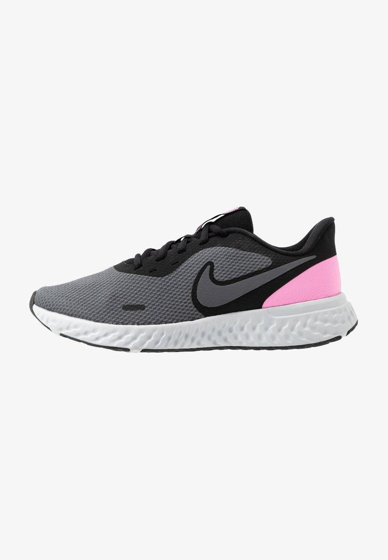 Nike Performance - WMNS REVOLUTION 5 - Zapatillas de running neutras - black/psychic pink/dark grey