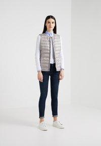 Lauren Ralph Lauren - PEARL SHEEN HOZIONTAL QUILT VEST - Waistcoat - cork - 1