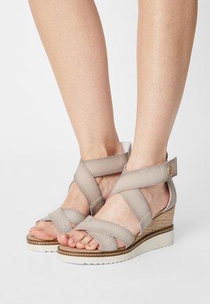 ESRA EVO - Sandály na klínu - beige