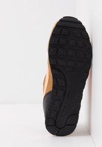 Nike Sportswear - MD RUNNER 2 BPV - Trainers - wheat/orange pulse/black/white - 5