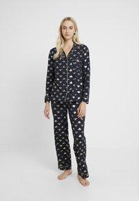 Chelsea Peers - BEE LONG SET - Pyžamová sada - navy/gold - 0