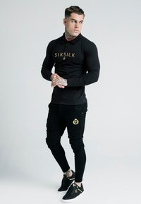 SIKSILK - DANI ALVES FITTED - Polo - black/gold - 1