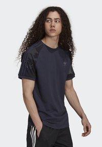 adidas Originals - CAMOUFLAGE CALIFORNIA GRAPHICS - T-shirt con stampa - night navy - 2