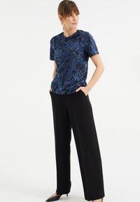 WE Fashion - MET BLOEMENDESSIN - Print T-shirt - blue - 1