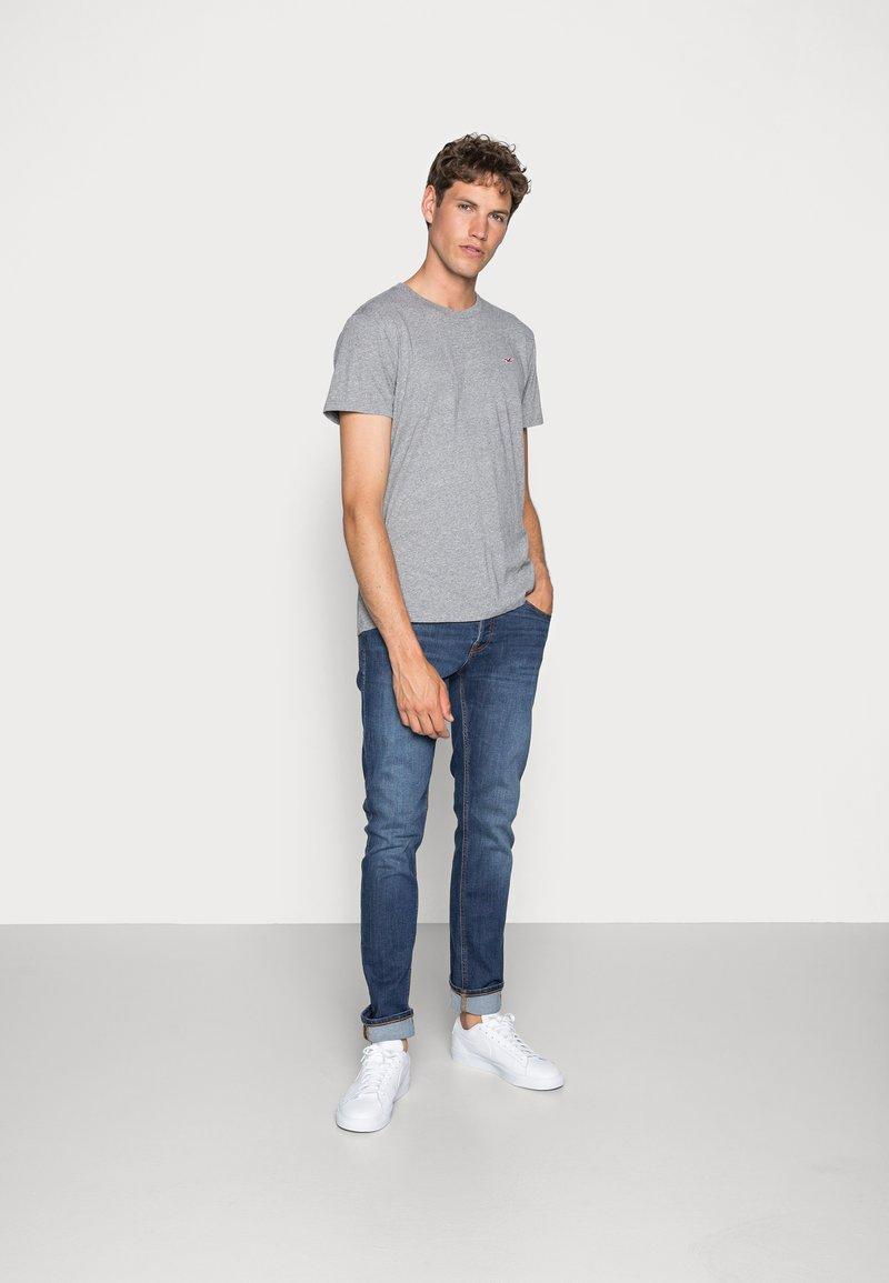Hollister Co. - 5 PACK CREW  - Camiseta estampada - white/grey/red/navy texture/black