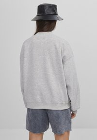 Bershka - MIT SLOGAN UND PRINT  - Bluza - light grey - 2
