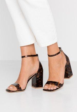 RAELYNN - Sandály na vysokém podpatku - brown