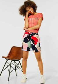 Street One - LOOSE FIT SHORTS MIT PRINT - Shorts - rot - 1