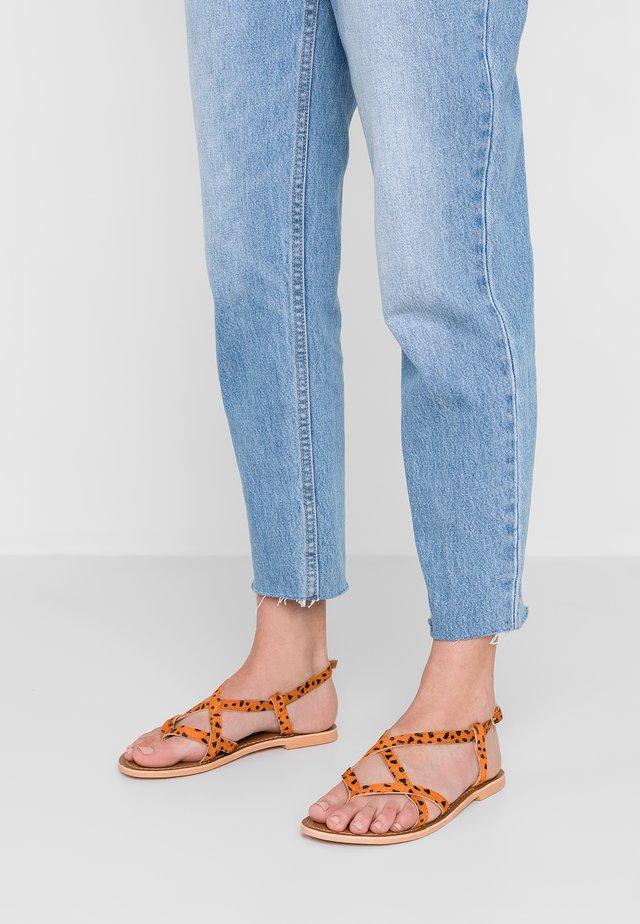 WIDE FIT HAZY - Sandály s odděleným palcem - orange