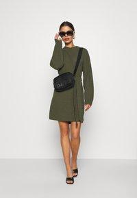 Glamorous Petite - TIE WAIST JUMPER DRESS - Jumper dress - forest green - 1