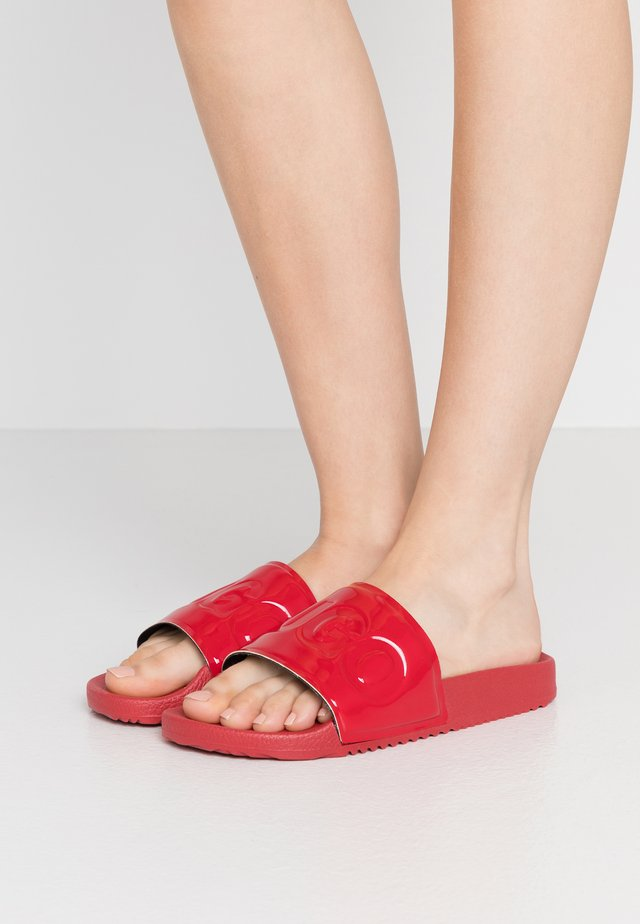TIME OUT SLIDE - Sandalias planas - red