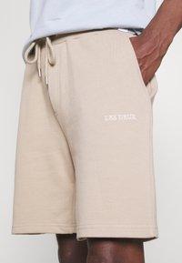 Les Deux - POMPEI - Shorts - dark sand - 4