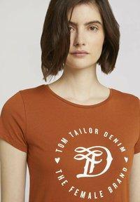 TOM TAILOR DENIM - MIT PRINT - Print T-shirt - amber brown - 3