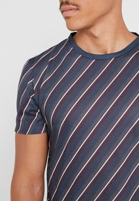 Burton Menswear London - DIAGONAL STRIPE - Print T-shirt - navy - 4