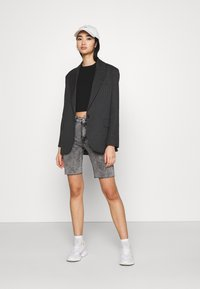 ONLY - ONLERICA LIFE MID RAW - Shorts di jeans - black denim - 1