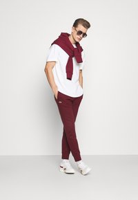 Lacoste - Spodnie treningowe - bordeaux - 1