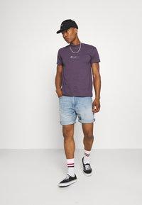 Mennace - T-shirt med print - purple - 1