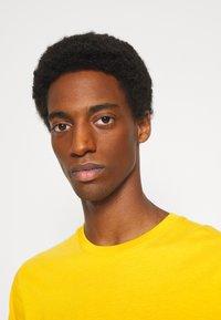 Selected Homme - SLHNORMAN O NECK TEE  - T-shirt basic - mango mojito - 4