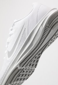 Nike Performance - DOWNSHIFTER  - Obuwie do biegania treningowe - white/wolf grey/pure platinum - 5