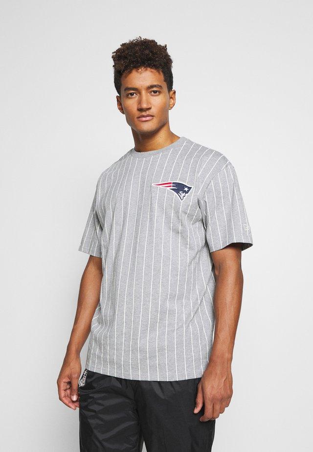 NEW ENGLAND PATRIOTS NFL PINSTRIPE LEFT LOGO TEE - Klubové oblečení - heather grey