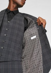 Isaac Dewhirst - BOLD CHECK 3PCS SUIT - Suit - dark blue - 11