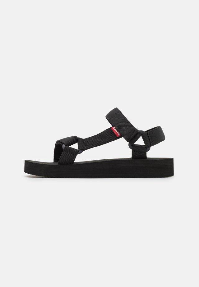 CADYS LOW - Sandały na platformie - regular black