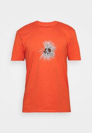 GONY BSC SS TEE - Print T-shirt - burnt ochre
