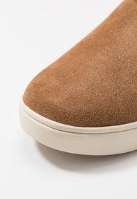 UGG - ADLER - Kotníkové boty - chestnut - 2
