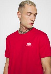 Alpha Industries - Print T-shirt - speed red - 3
