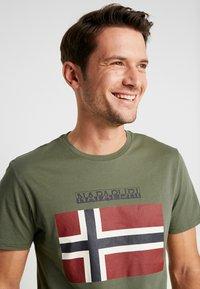 Napapijri - SAXY  - Print T-shirt - new olive green - 4