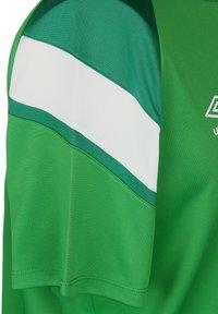 Umbro - Print T-shirt - tw emerald / lush meadows / brilliant white - 2