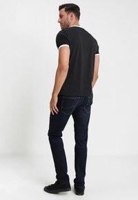 Lyle & Scott - RINGER TEE - T-Shirt basic - true black/white - 2