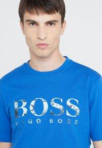 BOSS - TAUCH 1 10208401 01 - Triko spotiskem - medium blue - 3