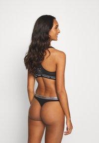 Calvin Klein Underwear - RADIANT THONG 3 PACK - Stringit - hunter/white/black - 2