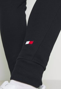 Tommy Hilfiger - CUFF GRAPHIC  - Tracksuit bottoms - blue - 4