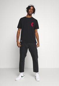 Cayler & Sons - BANNED SEMI BOX TEE - Print T-shirt - black/red - 1