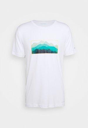 TECH TRAIL GRAPHIC TEE - Print T-shirt - white