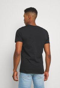 CLOSURE London - SAVAGE TIGER TEE - T-shirt z nadrukiem - black - 2
