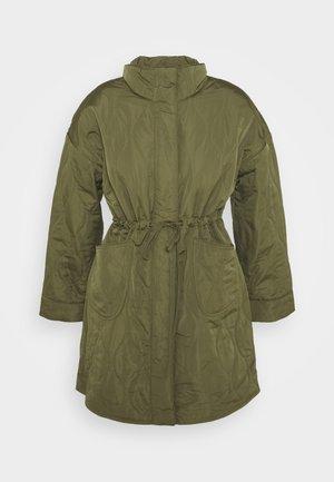 YASWENNA QUILTED COAT - Krátký kabát - khaki