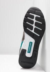 New Balance - MS997 - Zapatillas - grey/green - 5