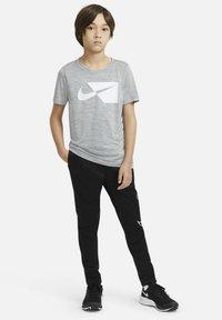 Nike Performance - Print T-shirt - smoke grey/white - 1