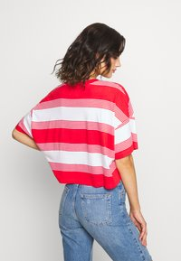 Abrand Jeans - CROPPED TEE - Print T-shirt - bombay red - 2